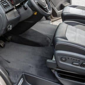 """Mehr als 100 Jahre erfolgreich in der Mobilitätsbranche: Unser Online-Shop bietet eine große Auswahl an Fahrzeugzubehör, Veloursteppich für Fahrerhaus VW T6, Rechtslenker, einteilig, Design: """"Titanschwarz"""", Veloursteppich Fahrerhaus VW T5 Rechtslenker, Design: """"Titanschwarz"""", Veloursteppich für das Fahrerhaus VW T5 Linkslenker, Design: """"Titanschwarz"""", Art.Nr.:10070857, 1007085742, 100708577, 100708579"""
