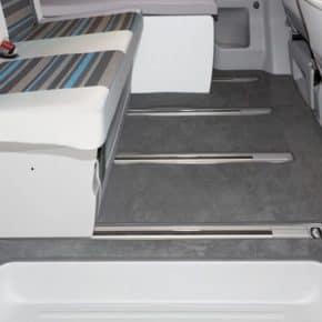 "Veloursteppich VW T6/T5 California Beach, Fahrgastraum mit 2er-Bank (ab 2011), Design ""Moonrock"", Veloursteppich für Fahrgastraum VW T5/T6 California Beach mit 2er-Bank (ab 2011), Design ""Titanschwarz"", Art.Nr.:100708589, 100708588"