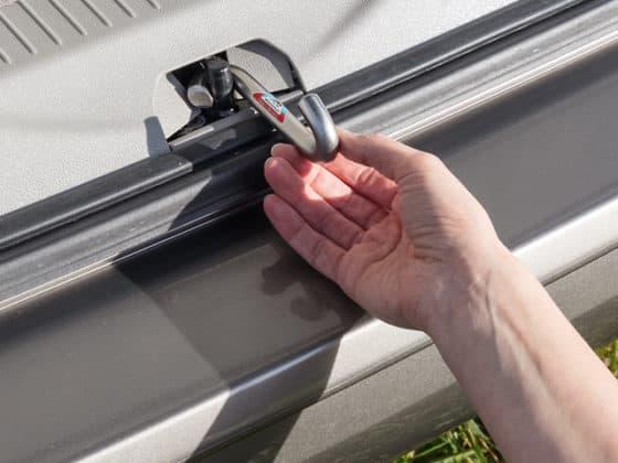 AIRSAFE Aufsteller für alle VW T6.1/T6/T5 mit elektromechanischer Zuziehhilfe in der Heckklappe - Wiest Online Shop für Camperequipment