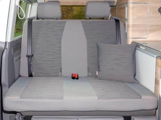 """Second Skin Schonbezug für die 2er-Sitzbank / Bett im VW T6.1/T6 California Ocean und Coast mit Aussparung für Isofix-Halterung im Design """"Circuit Palladium"""" 100705766"""