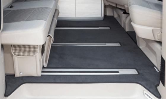 """Veloursteppich für den Fahrgastraum mit 3 Bodenschienen des VW T6 / T5 California (ohne Beach) im Design """"Titanschwarz"""""""