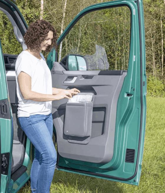"""Multibox für die linke Tür im VW T6.1 Fahrerhaus, ideal als Isoliertasche oder Abfallbehälter im Design """"Leder Palladium"""""""