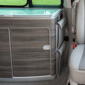 """Brandrup Utility Tasche zur Anbringung an der Seite des Spülschranks im VW T6.1 / T6 / T5 hinter dem Fahrersitz im Design """"Leder Palladium"""""""