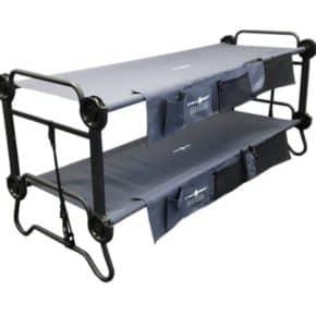 Das Disc-O-Bed Doppelfeldbett L mit Seitentaschen eignet sich perfekt für Campingausflüge in der Natur.