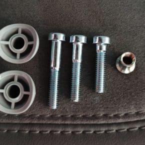 Der VW Reparatursatz für ein Gelenk, hinten an der Sitzfläche des seriellen Campingstuhls